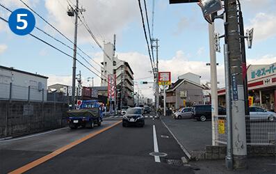 郵便局のすぐ前の信号を右折して進むと、ラーメン屋と酒屋のトライが見えてきます。その先の信号を超えるとすぐ右手側にヨシ整骨院があります